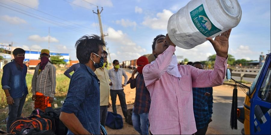 Migrant labourers from UP on NH-16 on the outskirts of Chennai