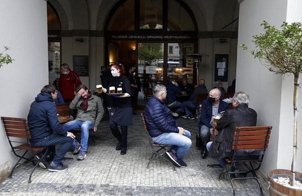 Bars, restaurants return to full service in Czech as govt further eases COVID-19 restrictions