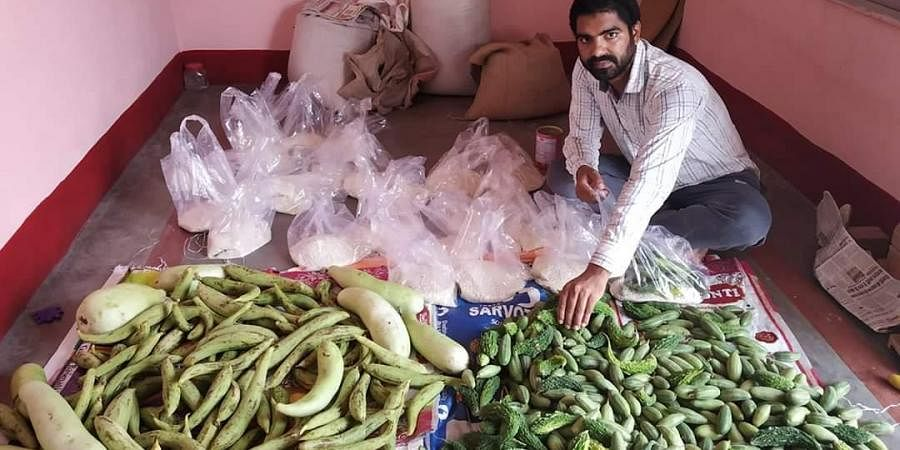 28-year-old youth Dheeraj Roy of Hajipur in Bihar's Vaishali district who is helping poor people with food.
