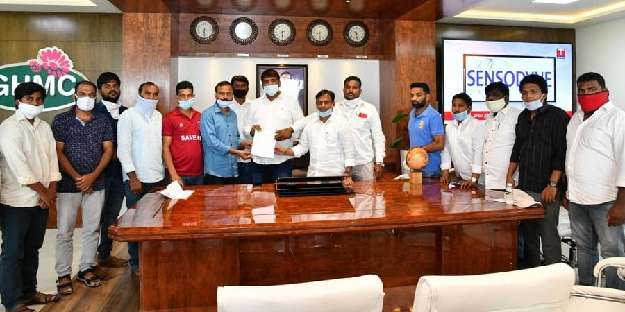 Osmania University Student Associations under the leadership of Kedar Swamy Yadav met GHMC Mayor Bonthu Rammohan on Saturday evening and submitted a representation to him requesting him to protect Osmania University lands.