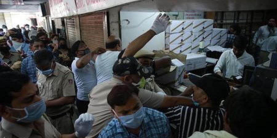 Huge crowds seen outside a liquor shop at Vasant Vihar in New Delhi