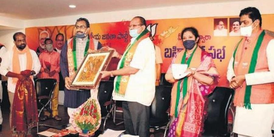 BJP national general secretary Ram Madhav with State BJP leaders at a meeting in Vijayawada on Wednesday I Express