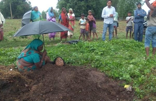 Chhattisgarh: Three lightning victims buried in cow dung for 'cure', two die