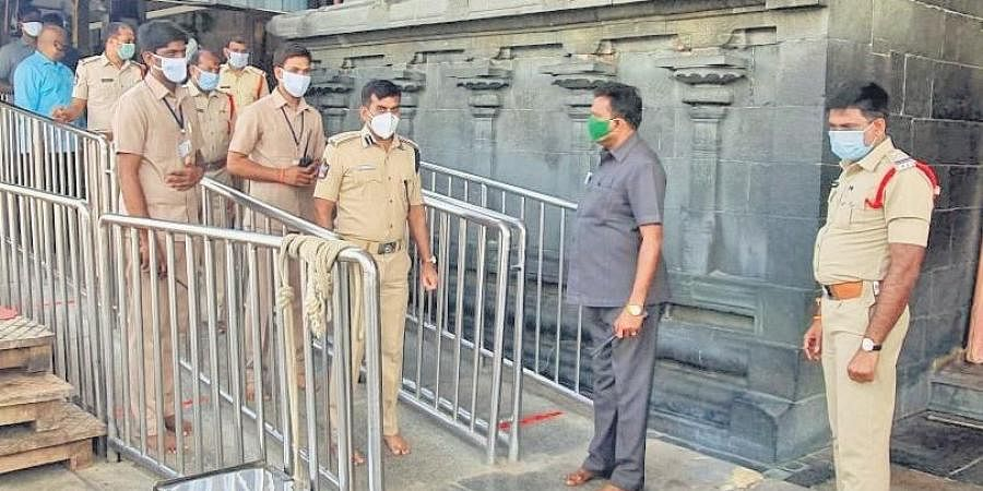 Tirupati Urban SP Avula Ramesh Reddy inspecting queue lines at Lord Venkateswara temple in Tirumala on Wednesday