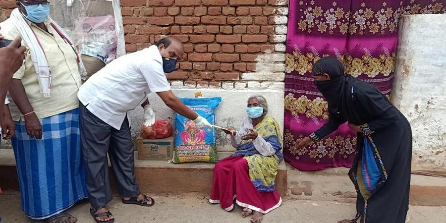 Ambur MLA AC Vilwanathan gave financial assistance, rice, groceries and vegetables to 110-year-old Hamidhabi who recovered from Covid. (Photo| EPS)
