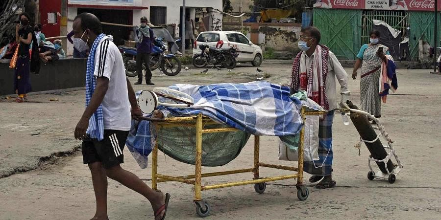 Family members without permission moving their COVID-19 positive relative's dead body from Nalanda Medical College and Hospital in Patna