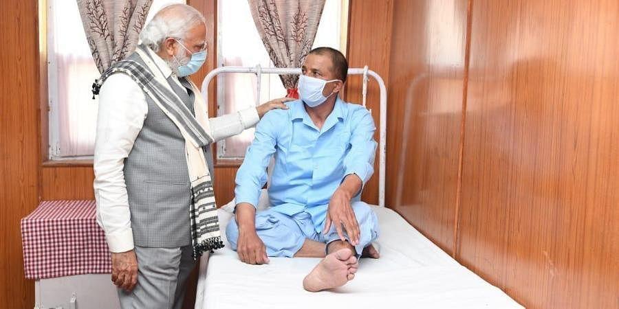 PM Narendra Modi interacting with an injured jawan in army hospital, Leh.