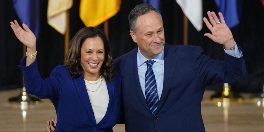 Democratic vice-presidential candidate Kamala Harris (L) and her husband Douglas Emhoff