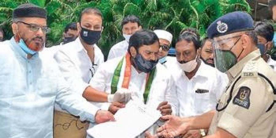 Congress leaders lodge complaint at  Saifabad police station on Tuesday.
