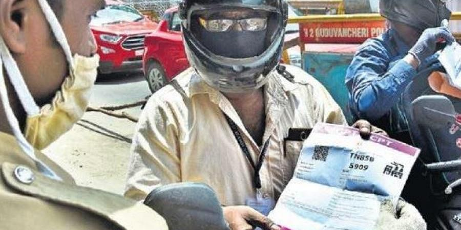 Police stop vechicles without e-passes at Vandalur checkpost.