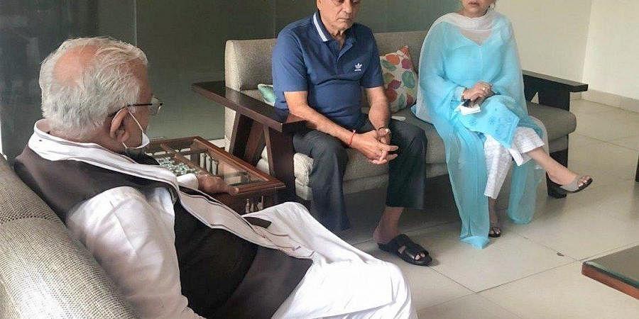 Haryana Chief Minister Manohar Lal Khattar met late actor Sushant Singh Rajput's family on Saturday. (Photo| Twitter/@mlkhattar)