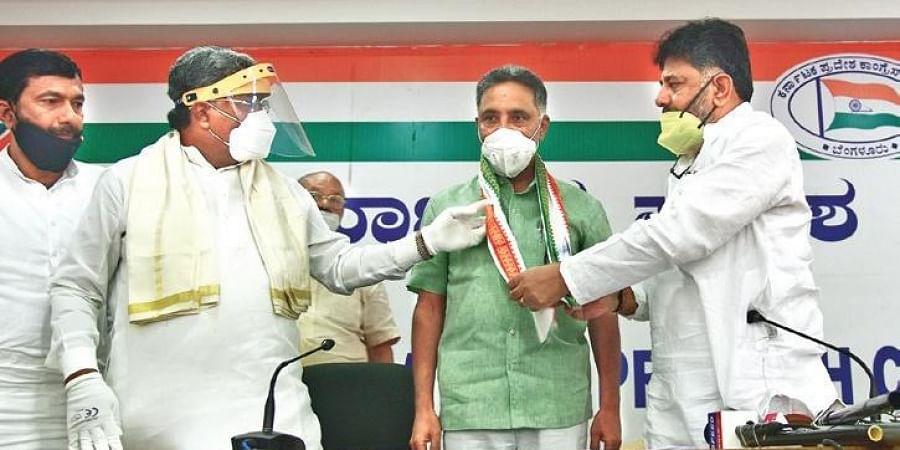 Former MLC Ramesh Babu joins the Congress in the presence of KPCC president  D K Shivakumar and CLP leader Siddaramaiah on Saturday (Photo | Vinod Kumar T, EPS)