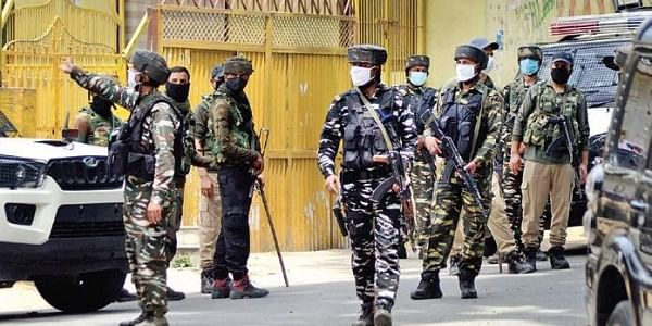 A tight cordon was maintained throughout the night to stop the militants from escaping in Sirhama area in Anantnag. (File Photo | PTI)