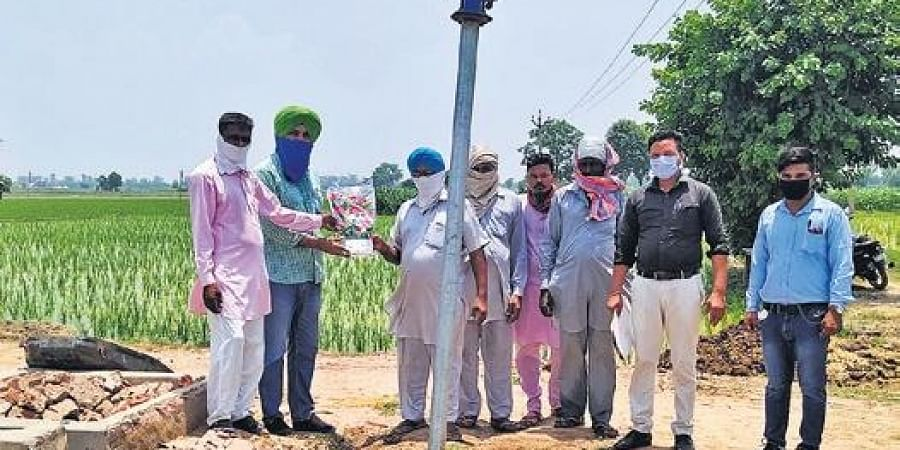 Farmers honour officials with flowers (Photo   EPS)