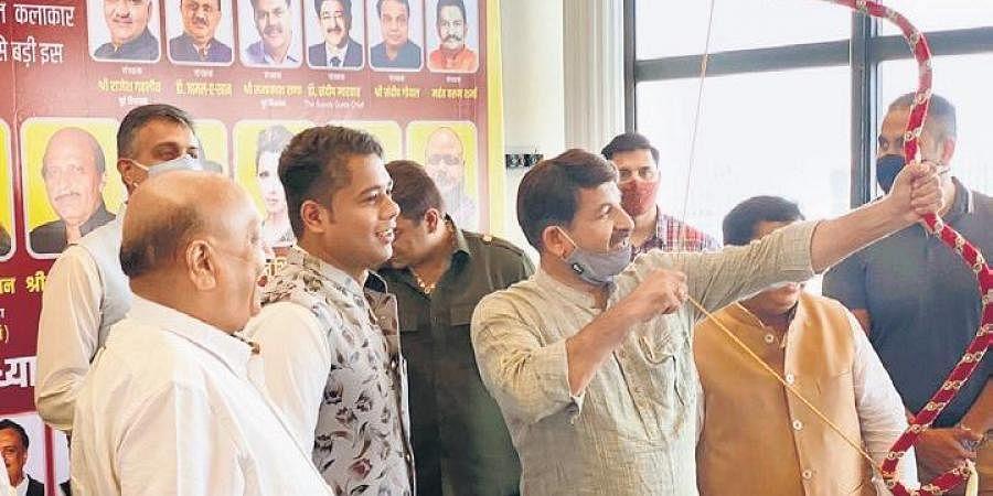 BJP MP Manoj Tiwari with Ramleela organising committee in New Delhi | Express