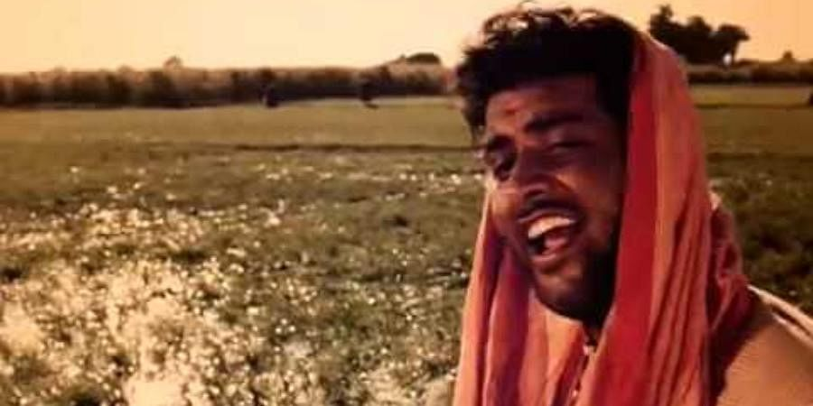Mere Desh Ki Dharti: This song from the 1967 film 'Upkar' describes the beauty of Indian soil and remains to be one of the most famous patriotic songs. The patriotic track was sung in the soulful voice of Mahendra Kapoor. The lyrics of the song were written by Gulshan Kumar Mehta, and the music was composed by Kalyanji-Anandji that features Manoj Kumar. The song that received Filmfare Award for Best Lyricist also earned Kumar the nickname Mr. Bharat.
