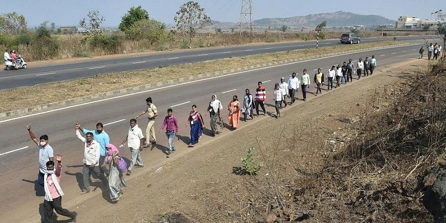 Farmers from Nashik district walk along the Nashik-Mumbai highway to participate in the protest march organized by Akhil Bharatiya Kisan Sabha, scheduled to take place on January 25, in Mumbai.