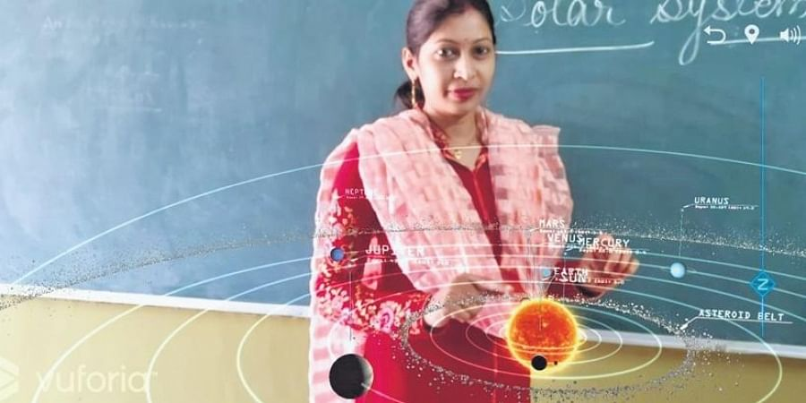 Teachers are giving online classes during the pandemic. (Photo   EPS)