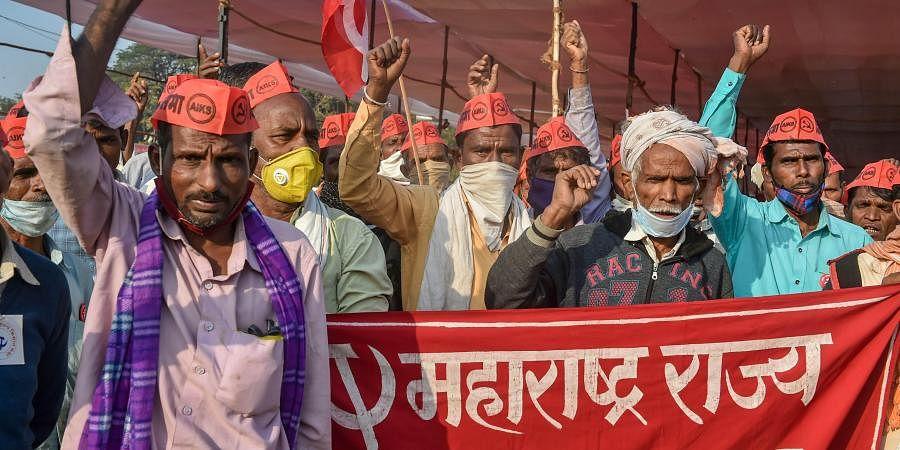 Farmers raise slogans during their 'Akhil Bharatiya Kisan Sabha', at Azad Maidan in Mumbai. (Photo| PTI)