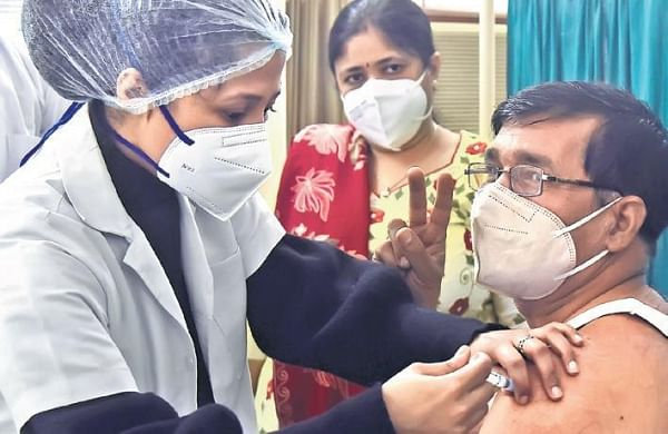 Delhi: Over 15,800 get vaccine shots, 142 new COVID-19 cases recorded - The New Indian Express