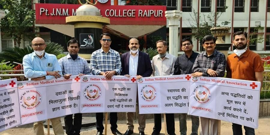 IMA Doctors under Indian Medical Association protesting against 'Mixopathy'.