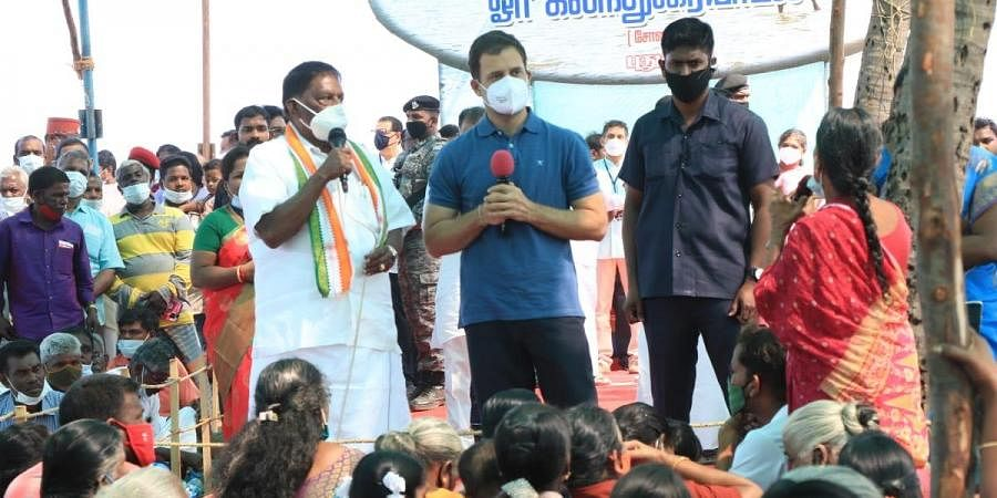 Congress leader Rahul Gandhi and Pondicherry chief minister V Narayanasamy interact with fishing community in Puducherry. (Photo | Express)