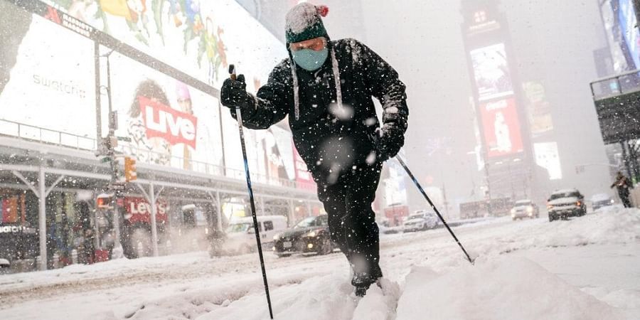 The New York City area had scattered power outages by early evening, affecting about 3,200 homes and businesses in the city and its New York suburbs. (Photo   AP)