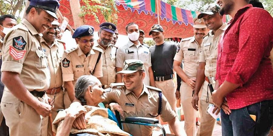 SP Siddharth Kaushal speaking to an 87-year-old woman at a polling booth in Devarajugattu village in Peda Araveedu mandal of Prakasam district.
