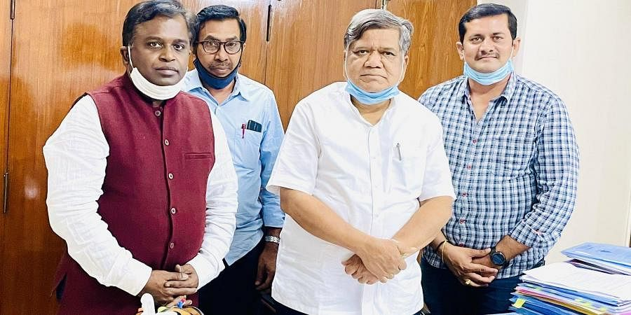 CFTI director K Murali meets industries minister Jagadish Shettar to discuss the proposed extension centre in Hubballi.