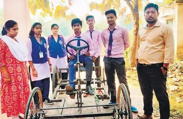 Odishaengineering students devise manual grass-cutter to ensure cleaner surroundingswithout energy- The New Indian Express