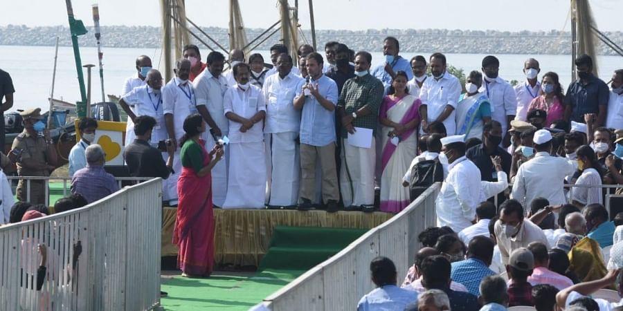 Congress MP Rahul Gandhi interacts with fishermen in Kolla. (Photo | B P Deepu, EPS)