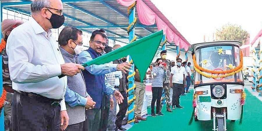 DMRC MD Mangu Singh flags off fleet of 25 ETO e-rickshaws on Thursday | DMRC