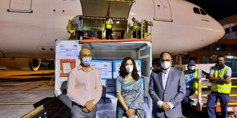 Officials of the Indian High Commission in Mauritius receive 200,000 doses of vaccine