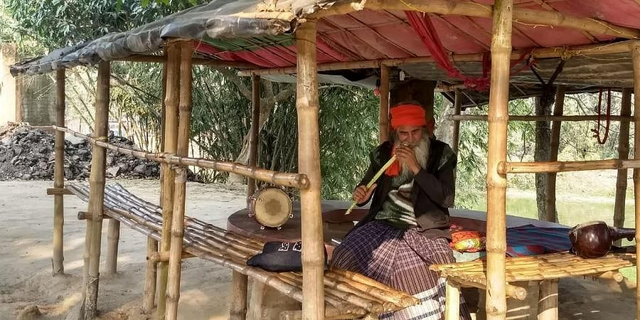 Famous Baul singer Mansur Fakir at his house in Nadia district of West Bengal. (Photo| Alisha Rahaman Sarkar)