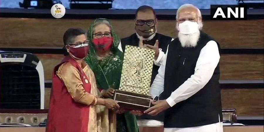 Sheikh Rehana, the younger daughter of Bangladesh's Father of Nation Sheikh Mujibur Rahman, receives Gandhi Peace Prize 2020 which has been conferred upon him posthumously. (Photo | ANI)