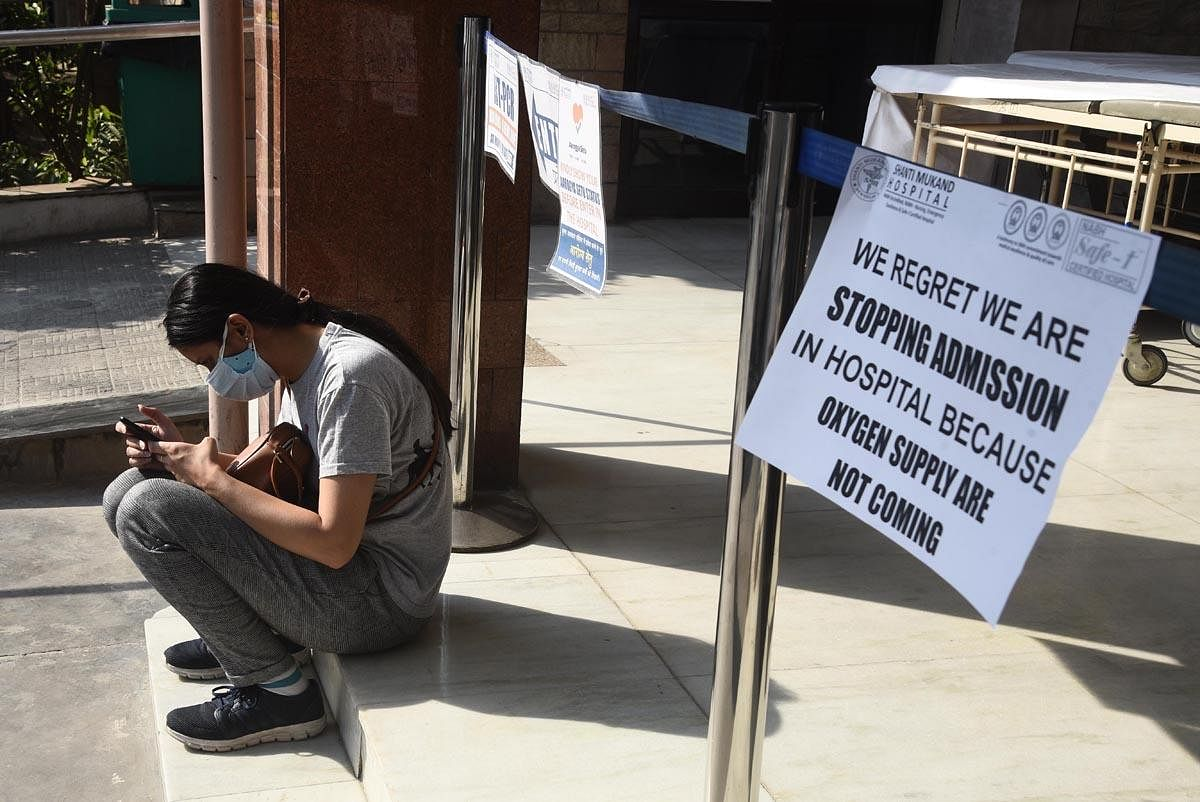 A notice outside Shanti Mukund Hospital, declaring that oxygen has been exhausted. (Photo |  Parveen Negi, EPS)