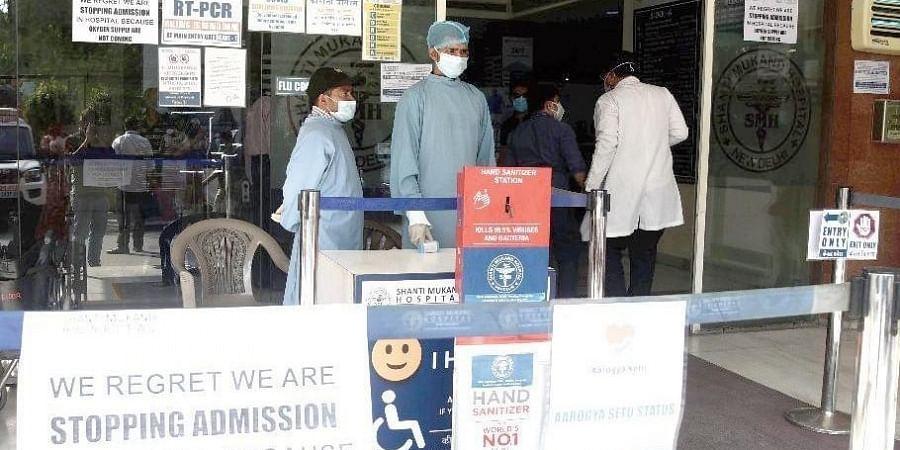 A notice outside Shanti Mukund Hospital says it has no oxygen.