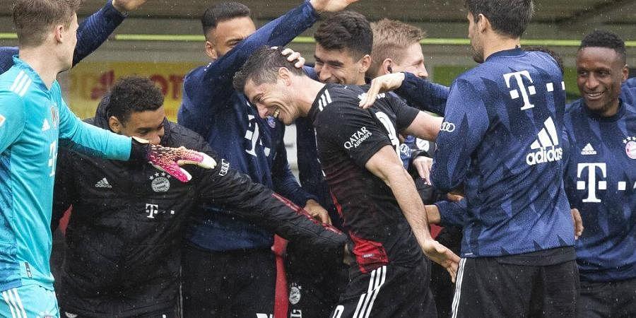 Bayern's Robert Lewandowski, center, celebrates with team mates after scoring during the German Bundesliga soccer match between SC Freiburg and FC Bayern Munich
