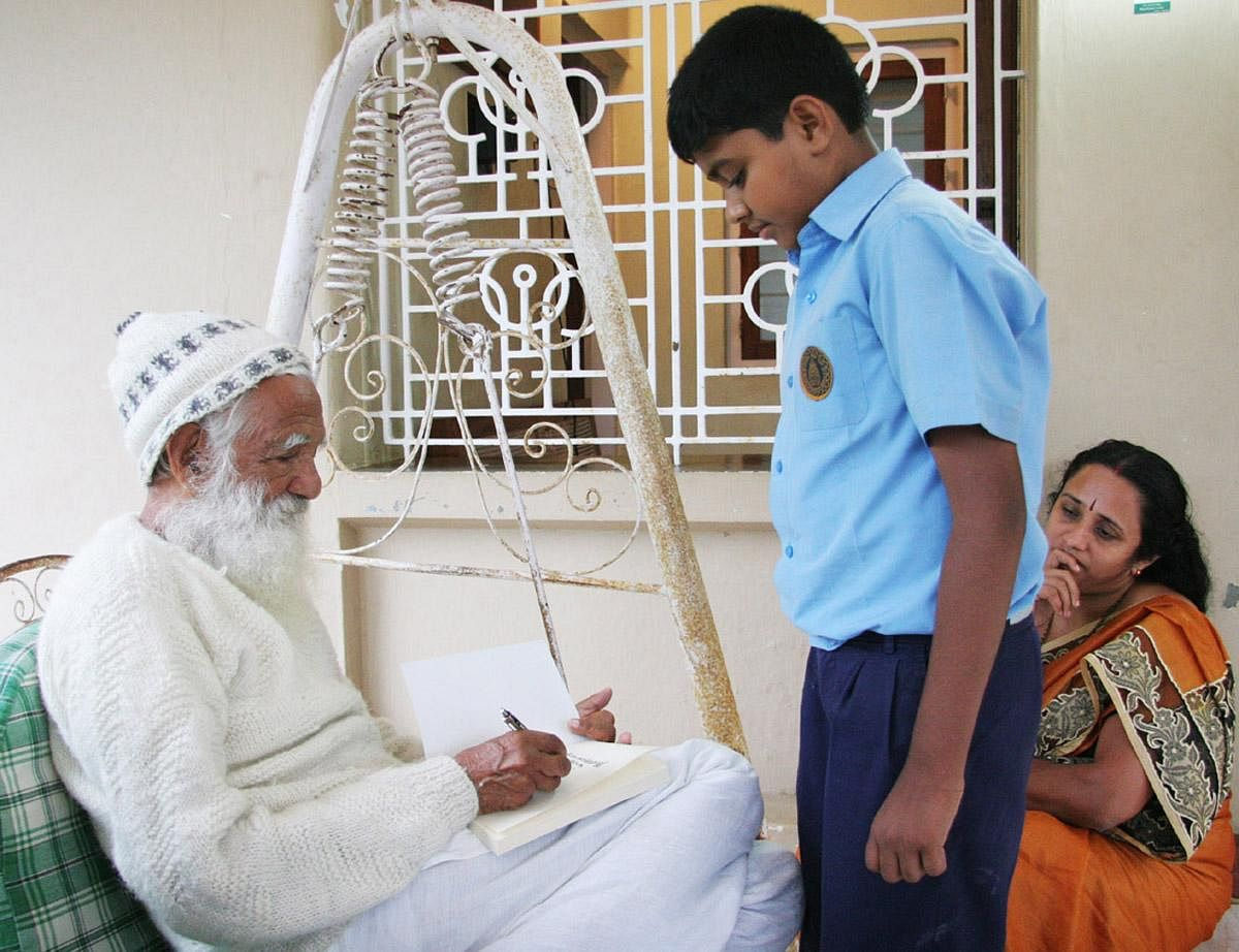 Born on January 9, 1927, in Maroda village, (present-day Uttarakhand) Bahuguna's zest for environmental preservation took flight early on. He began participating in social activities from the age of 13. In frame: Sunderlal Bahuguna signing an autograph for a boy at the house of Rathnakar at Kainatty, Wayanad. (File Photo | EPS)