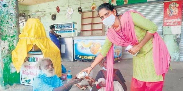 Kanimozhi providing lunch to homeless elderly people. (Photo | Express)