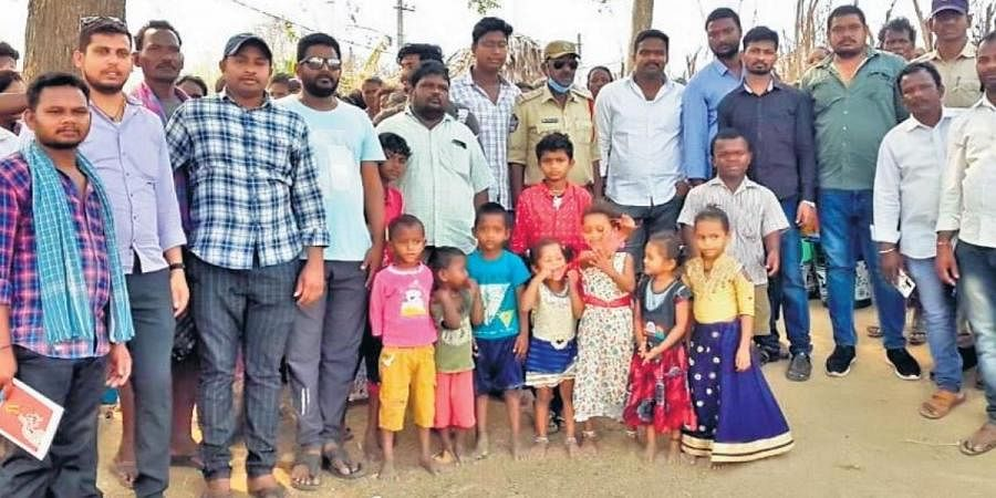 Police officer Shaik Itamash and his friend N Eswararao with 20 others who are a part of the initiative