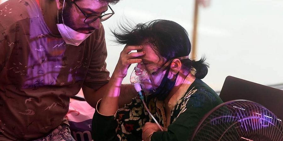A COVID-19 patient receives free oxygen provided by a Sikh organization, at Indirapuram, Ghaziaba.(Photo | Parveen Negi, EPS)