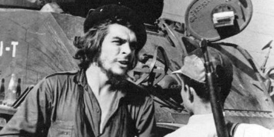Ernesto 'Che' Guevara having a conversation with a guerrilla fighter.