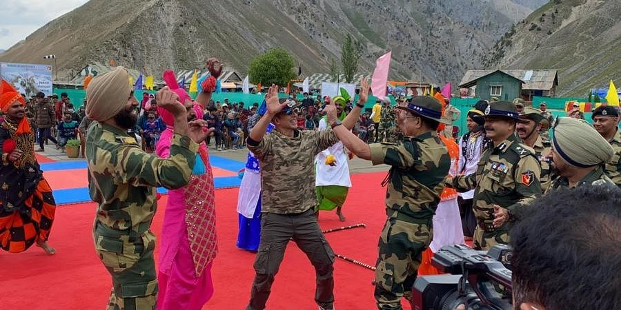 Bollywood star Akshay Kumar on Thursday paid a visit to the 'bravehearts' of the Border Security Force (BSF)