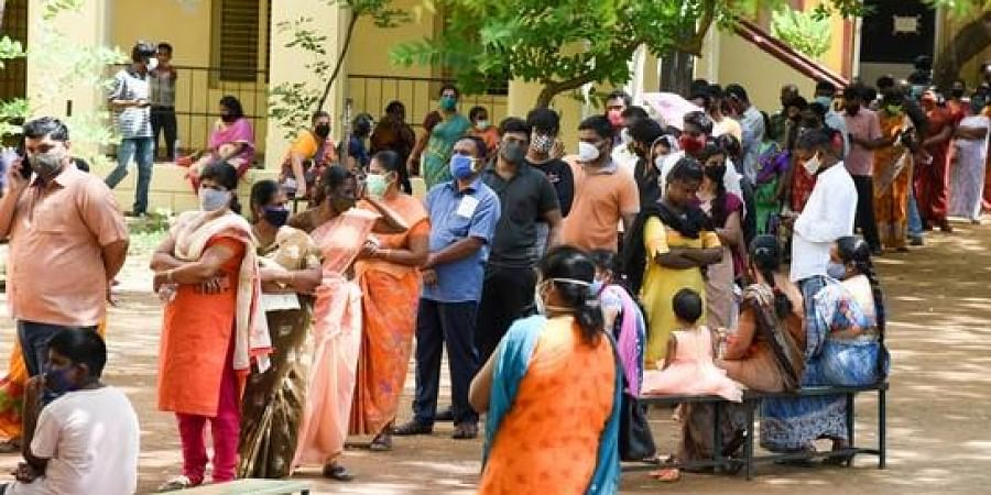 Long queue in front of the corporation vaccination camp at puttur in Tiruchy on Friday.