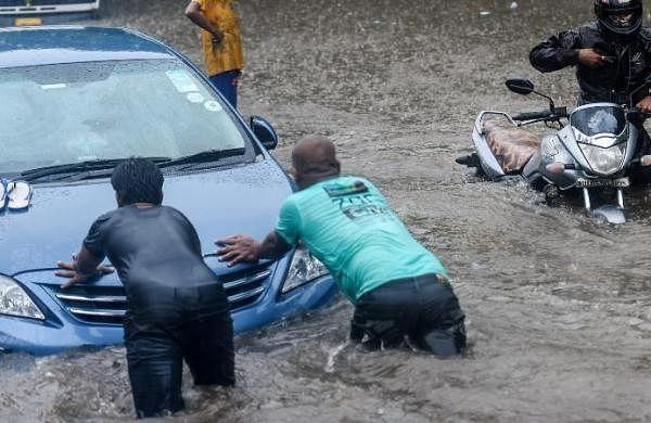 Heavy rain in Mumbai as monsoon arrives, 4 subways shut due to inundation leaving motorists stuck
