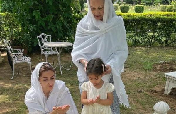 Sharmila Tagore, Soha Ali Khan offer prayers at Mansur Ali Khan Pataudi's grave